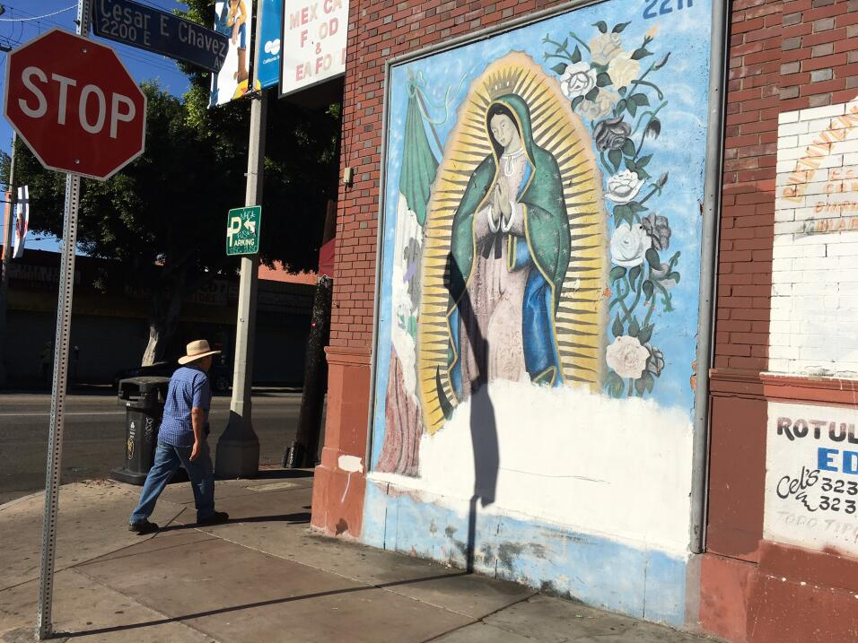 Uno de los pocos murales religiosos en el Este de Los Ángeles que...