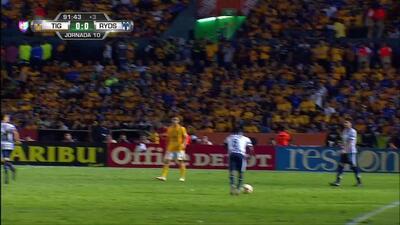 Tarjeta amarilla. El árbitro amonesta a Leonel Vangioni de Monterrey