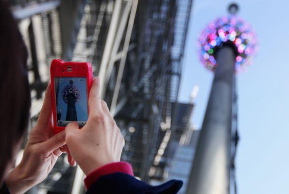 Un turista le toma fotografías a la La Bola de Año Nuevo en Times Square...
