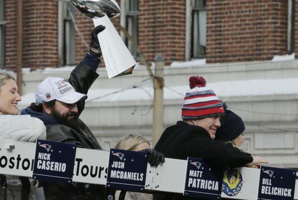 El trofeo en todo lo alto como un gesto de heroísmo. (AP-NFL)