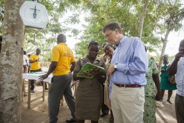 Bill Gates aprende sobre el sistema para registrar y pesar a bebés en un...