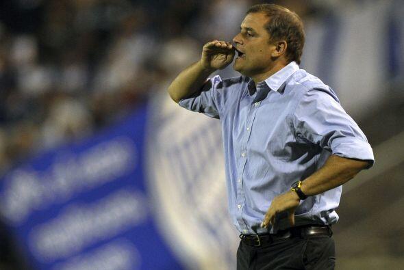 El técnico Diego Aguirre repartió indicaciones constantemente, el hombre...