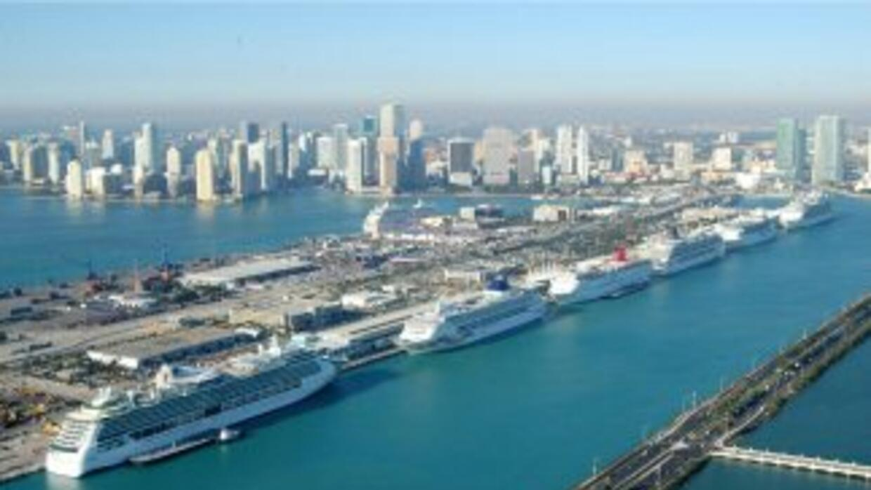 La Policía de Miami investiga hoy el hallazgo de un paquete sospechoso e...