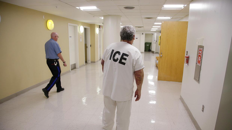 ICE suele enviar solicitudes para que las cárceles del país mantengan a...