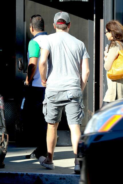 Leonardo DiCaprio con los shorts rotos