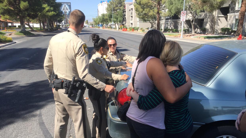 Dos mujeres se abrazan cerca del sitio donde ocurrió el tiroteo en Las V...