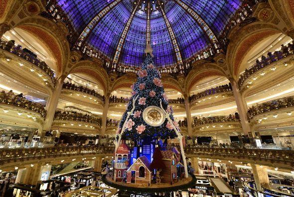 Galerías Lafayette, Paris, Francia expone un árbol impactante en el cent...