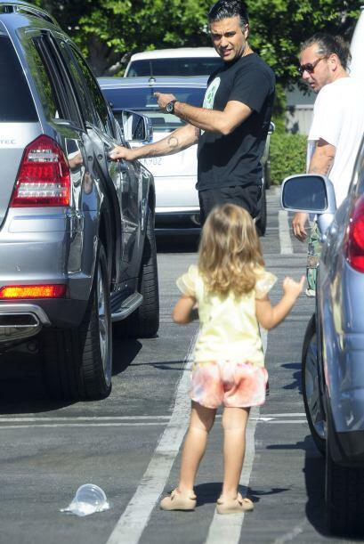 Jaime pidiéndole a Elena que entre al auto.