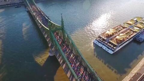 600 yoguis se toman puente en Bruselas y no para protestar