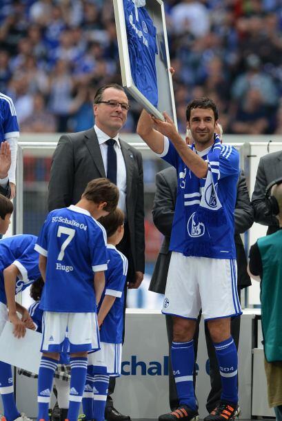 El presidente del Schalke 04 le otorgó una plaqueta.