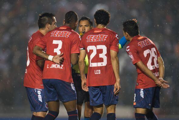 Enfrente están Leobardo López y Leiton Jiménez en la central junto a Adr...