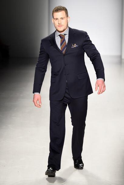 Jack Eyers también modelo prendas que no permitían que el público viera...