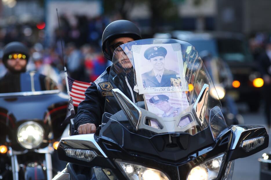 Con la foto de su padre, que combatió en la Segunda Guerra Mundial, y de...