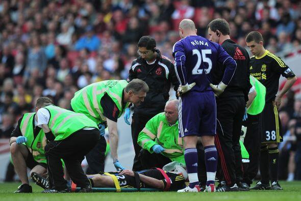 Carragher, líder del Liverpool, rápidamente recibió auxilios por parte d...