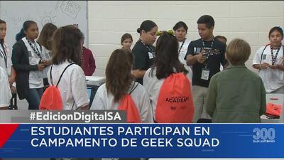 Estudiantes participan en el campamento de Geek Squad