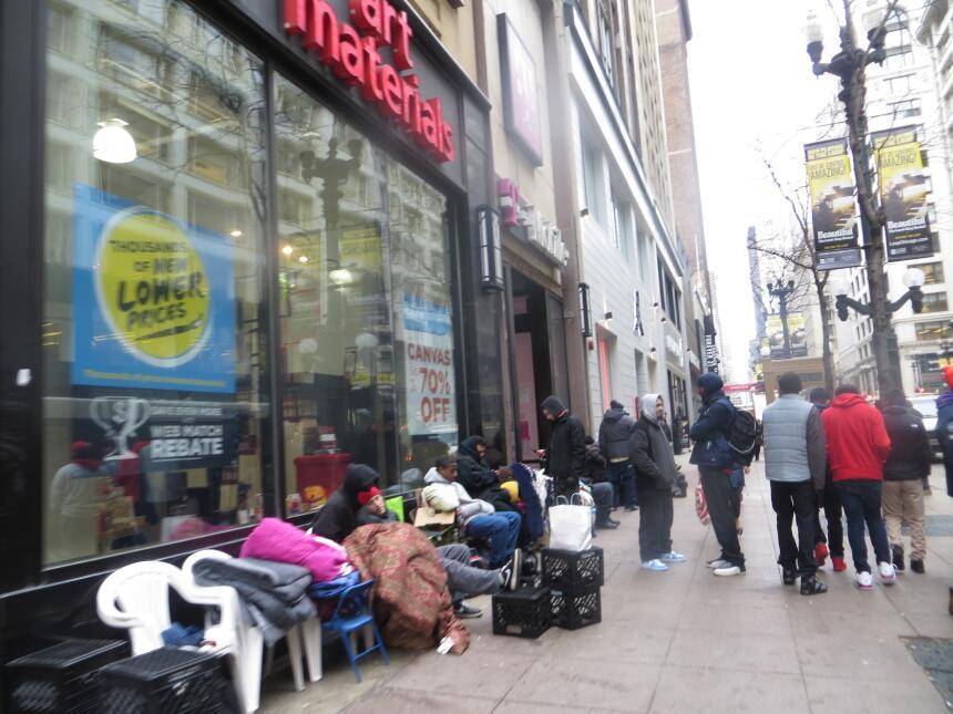 Un centenar de personas hace fila desde el lunes para comprar los zapato...
