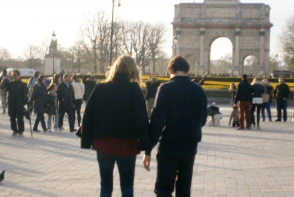 Muy románticos, tomaditos de la mano. Mira aquí los videos más chismosos.