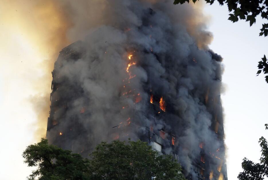 El humo también envuelve la torre de apartamento de Londres que se incen...
