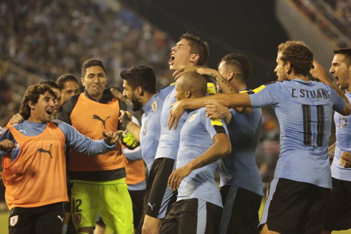 Uruguay defendió su ventaja en Asunción: 2-1 a Paraguay GettyImages-8431...