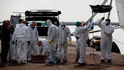 Descargan los cuerpos recogidos en el Mediterráneo