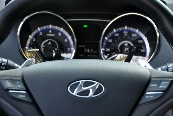 El volante multifuncional incluye controles de audio del 'cruise control...