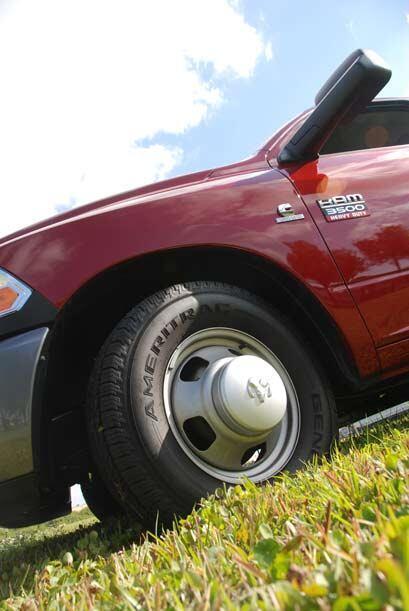 Los neumáticos están equipados con rines de 17 pulgadas y la rueda de au...