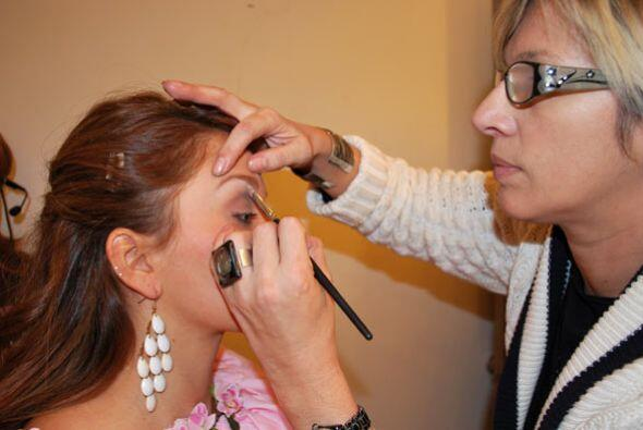 Luego, la experta maquillista, retocó un poco su maquillaje.