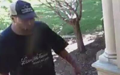 En video: Un hombre se lleva la ropa limpia, recién llegada de la tintor...