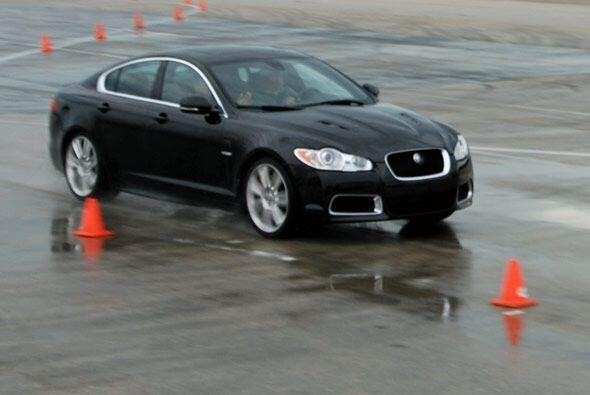 Los modelos Jaguar de la Serie R cuentan con avanzados sistemas para ext...