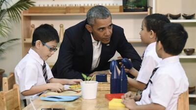 Barack Obama visitó a niños migrantes en Malasia.