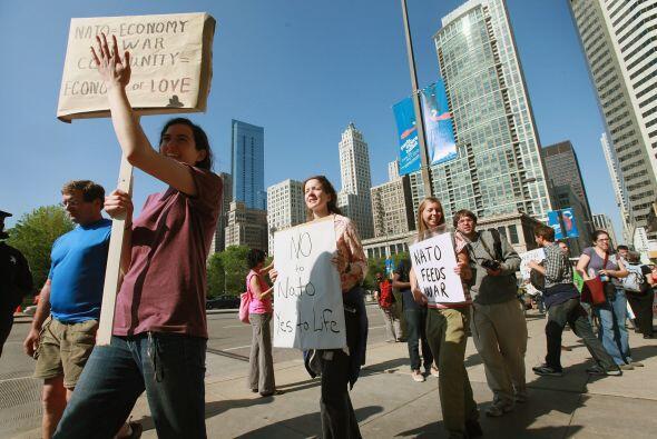 Manifestantes protestan contra la OTAN en Chicago.