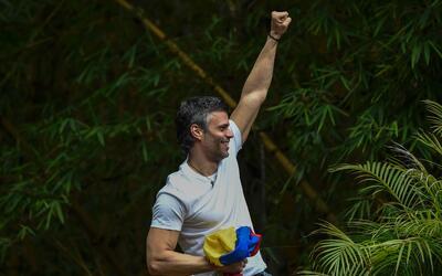 El líder venezolano saluda desde su casa de Caracas a la gente qu...