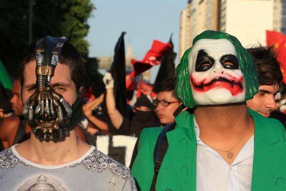 Un grupo de personas con máscaras se manifestó cerca de la...