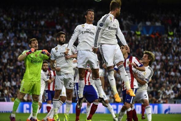 Cristiano Ronaldo también mostró sacrificio bajando mucho a defender los...