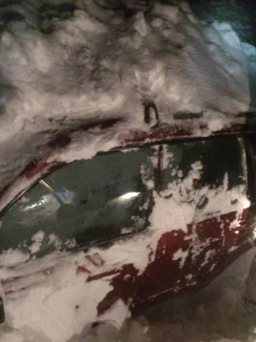 Una imagen de la nieve sobre el carro en el que viajaban David Ortiz y N...