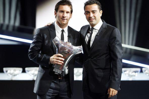 Aquí se le ve junto a otro aspirante al galardón, Xavi, su compañero en...