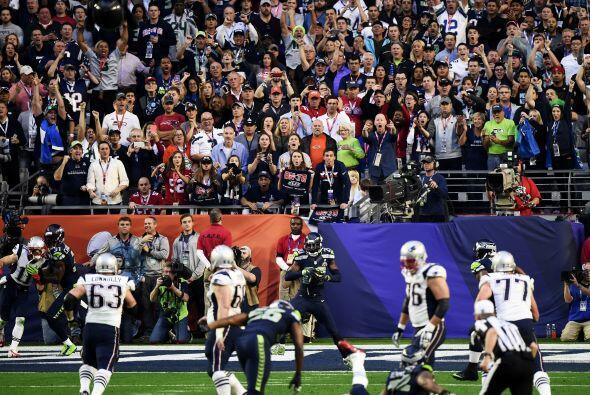 Hervidero de gritos ante la intercepción a Brady.