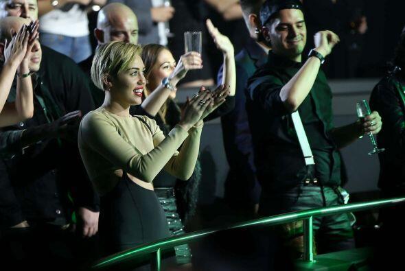 Miley también fue a ver el concierto de Britney Spears - eso sí, solita....