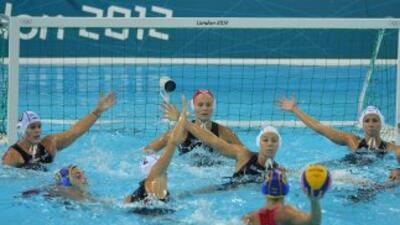 España aseguró una medalla en el waterpolo femenino al vencer a Hungría...
