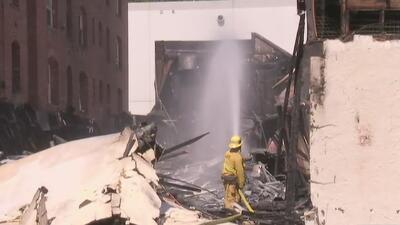 Incendio en un centro comercial en Los Ángeles deja a un bombero herido y obliga a evacuaciones