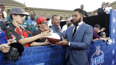 Glamour y emociones en la alfombra roja del NFL Draft 2017