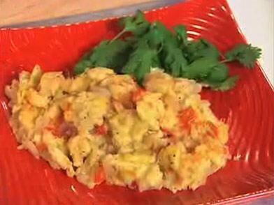 HUEVOS A LA MEXICANA: en un bowl bate dos huevos por persona. Aparte pic...