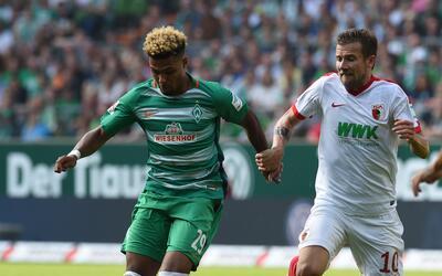 Daniel Baier (derecha), del Augsburg, en duelo de la Bundesliga