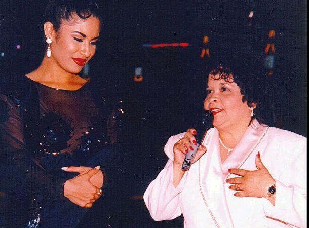Selena Quintanilla junto a la presidenta de su club de fans y quien term...