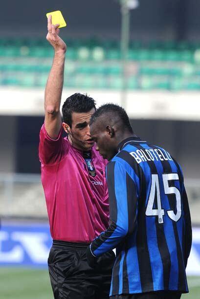 Balotelli vio la tarjeta amarilla y encima recibió insultos recistas de...