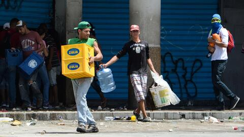 Nicolás Maduro canta mientras se producen saqueos a más de 100 negocios...