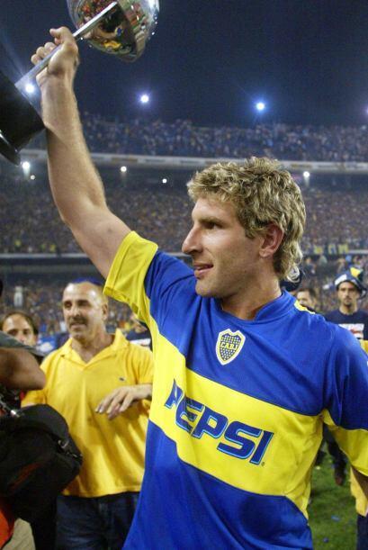 Con el trofeo de la Copa Sudamericana 2004  ganada al Bolívar de...
