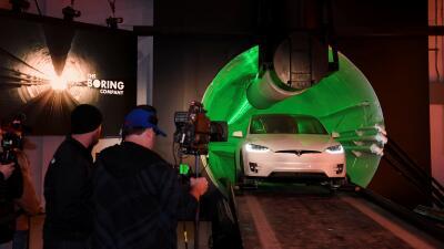 A 30 pies bajo la superficie de Los Ángeles: Elon Musk muestra su prototipo de túnel futurista