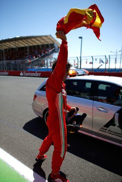 Agitando la bandera de España, Fernando Alonso agradeció al público.