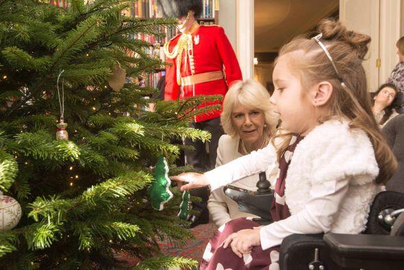 Camila de Cornualles también se unió a varios niños para decorar el arbo...